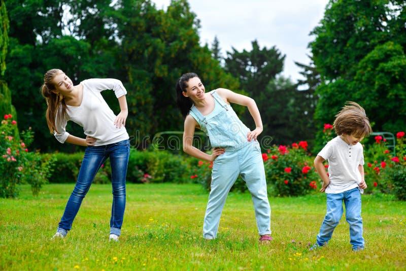 做体育运动的愉快的家庭画象 免版税库存图片