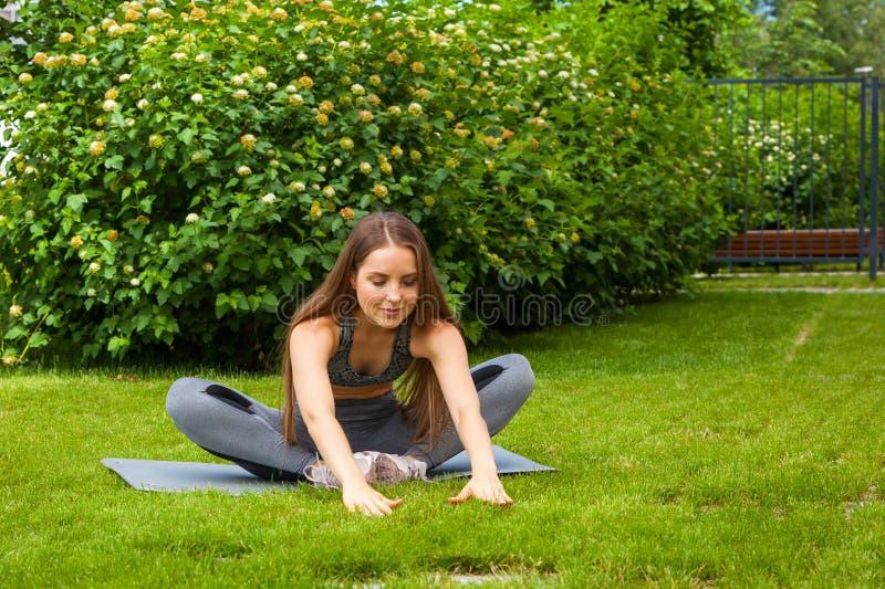 做体育锻炼的一名深色头发的妇女 免版税库存图片