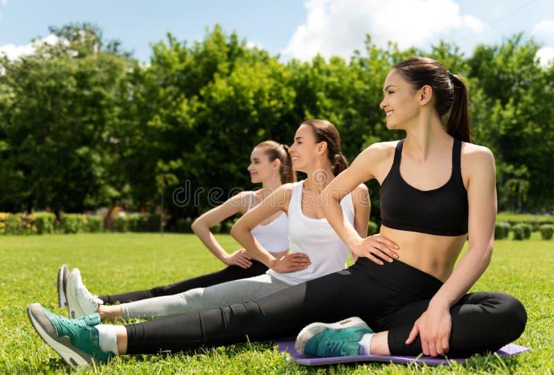 做体育活动的快乐的运动的妇女 库存图片