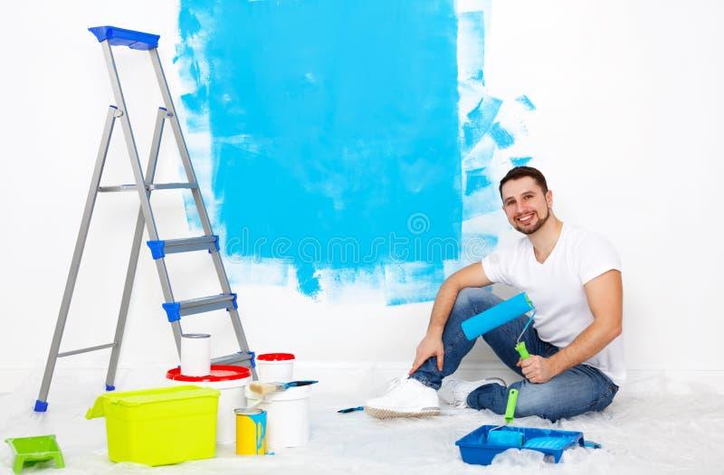 做修理,油漆的愉快的人在家围住 免版税库存照片