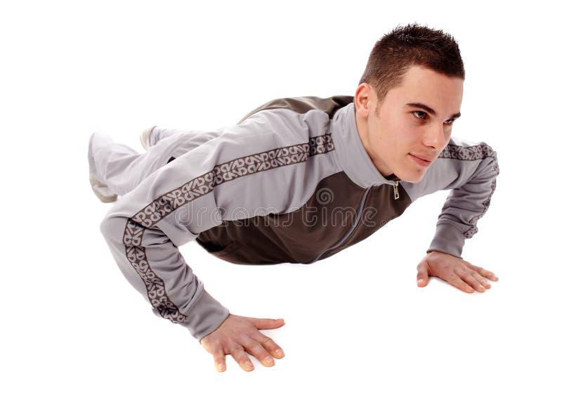 做俯卧撑的年轻人 免版税库存照片