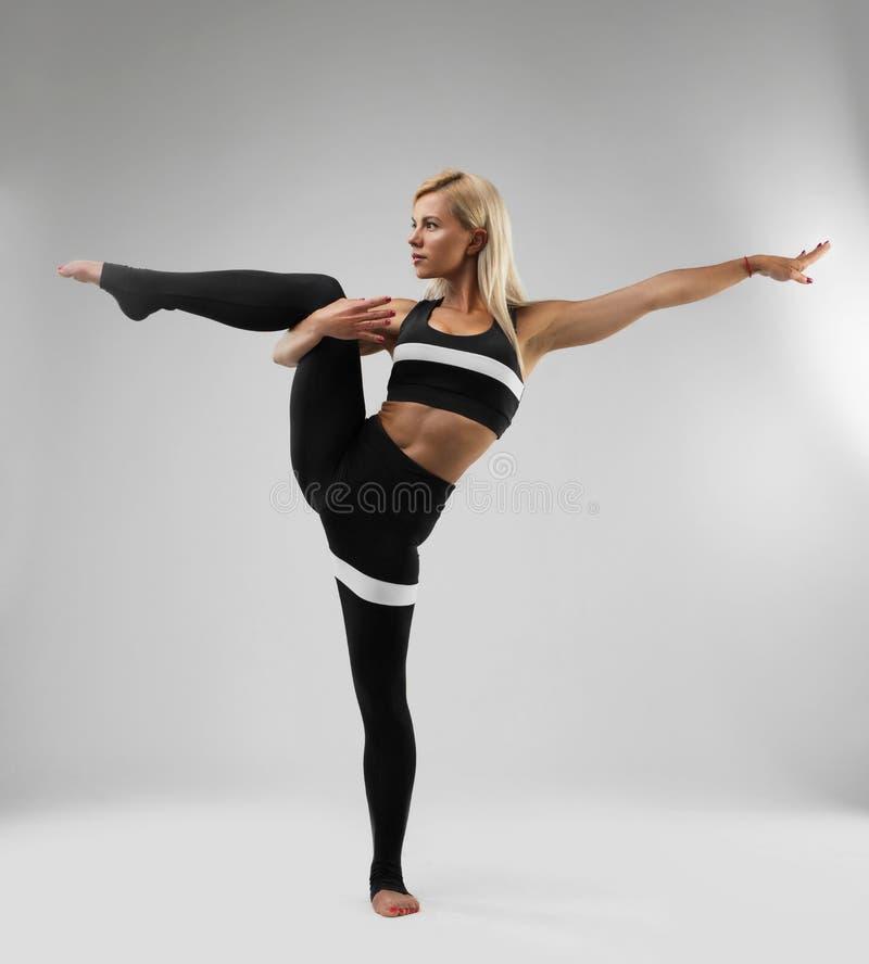 做健身全长视图的亭亭玉立的妇女 免版税库存照片