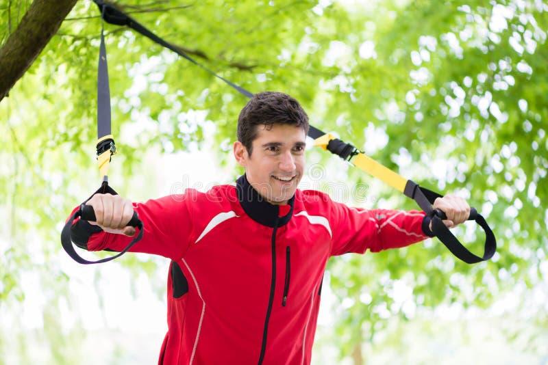 做健身吊索的人训练户外 免版税图库摄影