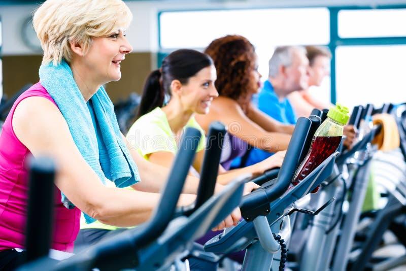 Download 做健身的男人和妇女转动为体育 库存照片. 图片 包括有 人们, 女演员, 固定式, 人员, 活动家, 乐趣 - 59102018