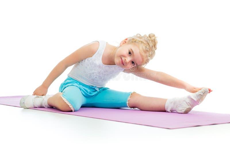 做健身锻炼的孩子女孩 免版税库存照片