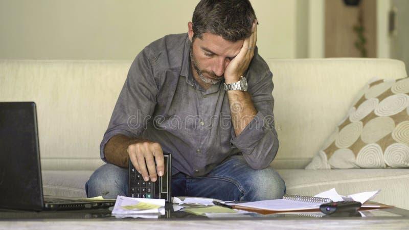 做充满文书工作和计算器感觉的在家被注重的和绝望人客厅长沙发国内会计淹没了 库存图片