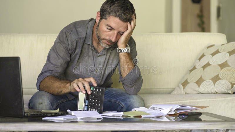 做充满文书工作和计算器感觉的在家被注重的和绝望人客厅长沙发国内会计淹没了 免版税库存照片