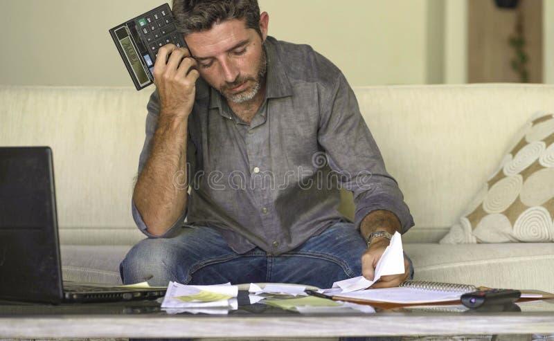 做充满文书工作和计算器感觉的在家被注重的和绝望人客厅长沙发国内会计淹没了 免版税库存图片