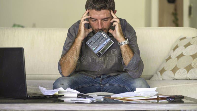 做充满文书工作和计算器感觉的在家被注重的和绝望人客厅长沙发国内会计淹没了 图库摄影