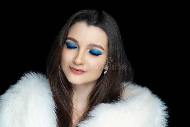 做光滑的蓝色眼影膏闭上了眼睛 免版税图库摄影