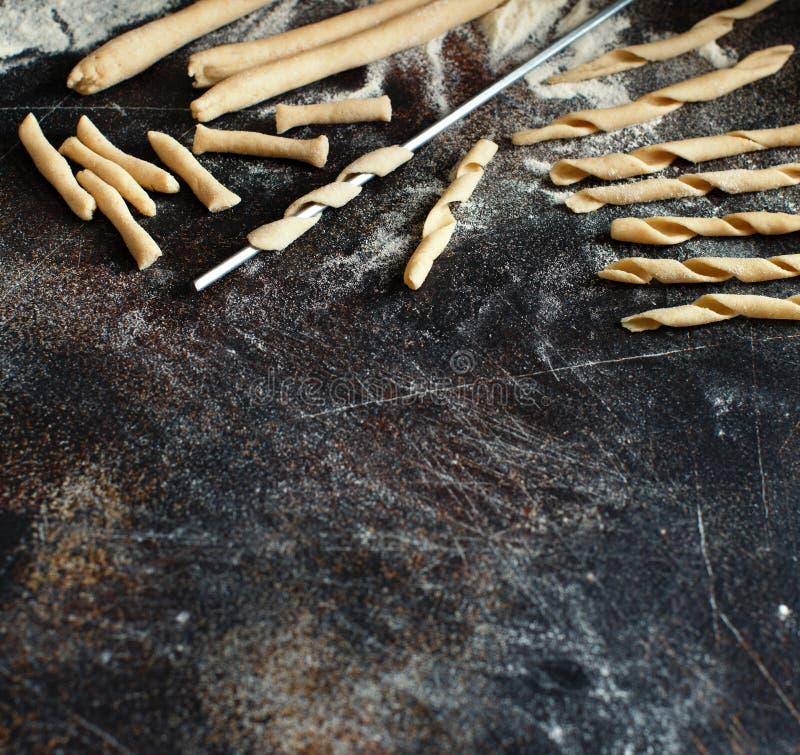 做全麦撒粉于面团耶老岛fusilli的Al 免版税库存照片