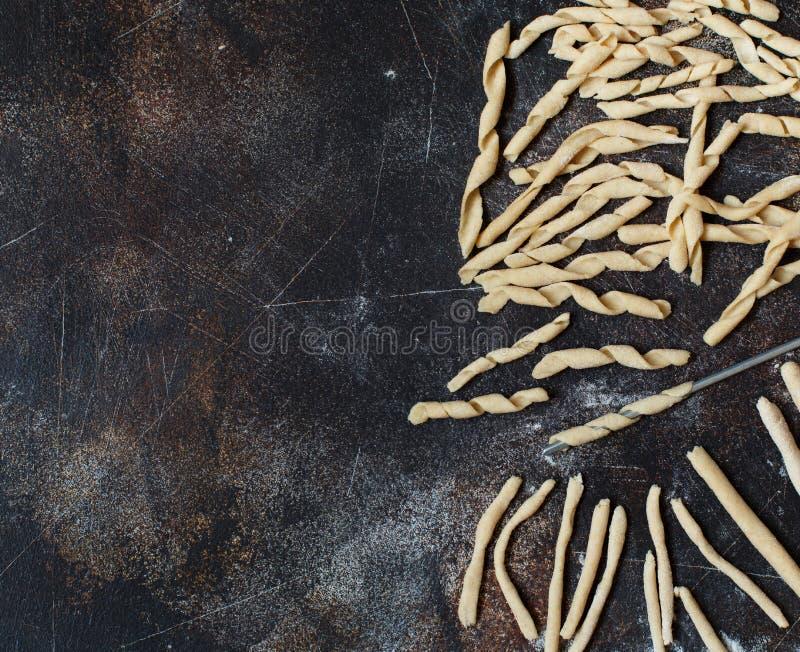 做全麦撒粉于面团耶老岛fusilli的Al 免版税库存图片