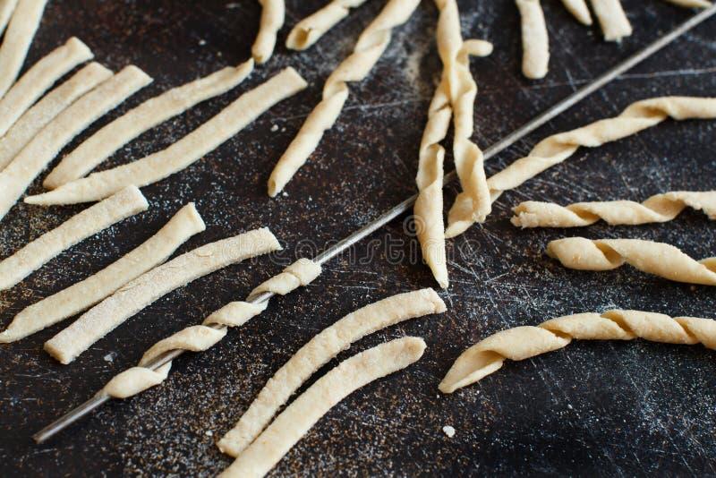 做全麦撒粉于面团耶老岛fusilli的Al 免版税图库摄影