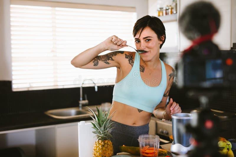 做关于健康圆滑的人的女性一vlog 库存图片