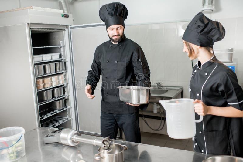 做冰淇凌的厨师厨师 免版税图库摄影