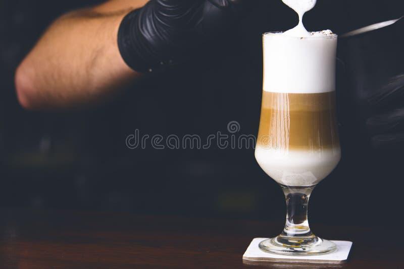 做冰coffe的男服务员 男服务员pooring的咖啡 免版税图库摄影