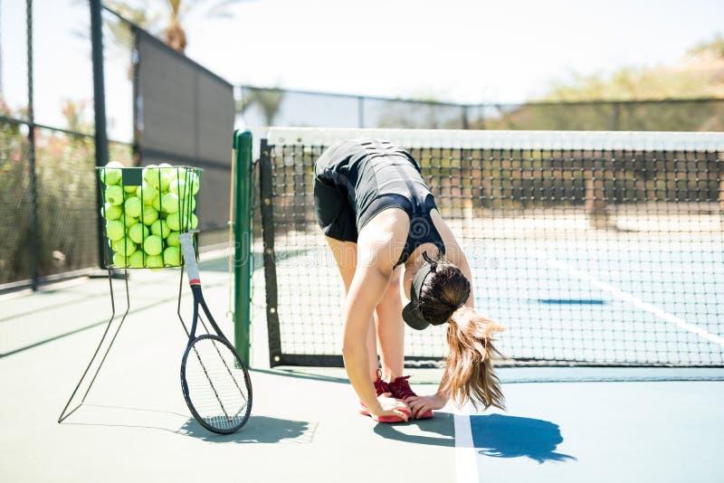 做准备在实践前的网球员 免版税库存照片