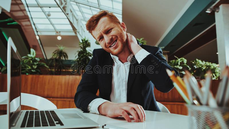 做准备在工作场所的愉快的办公室工作者 库存照片
