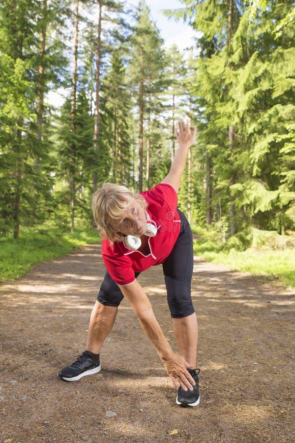 做准备在锻炼前的活跃资深妇女 库存照片