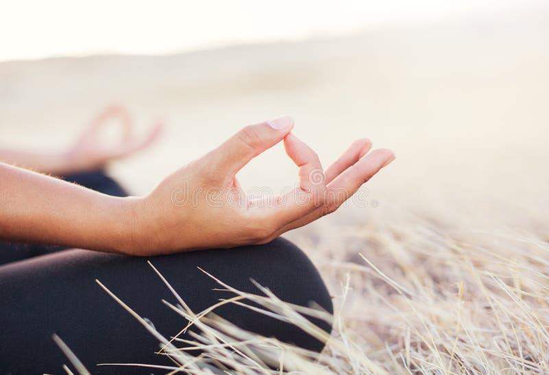 做凝思的瑜伽妇女 免版税库存照片