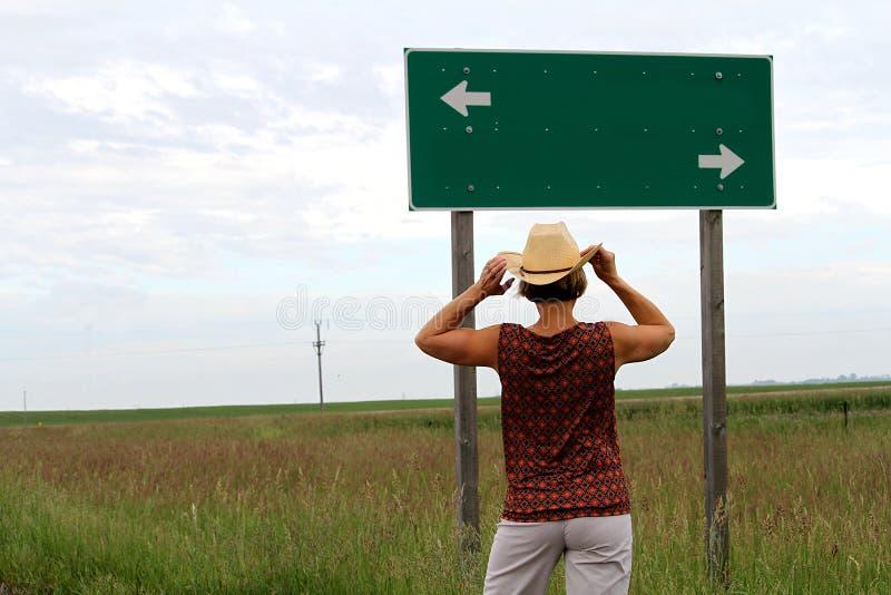 做出决定的妇女在路的一把叉子 免版税库存图片