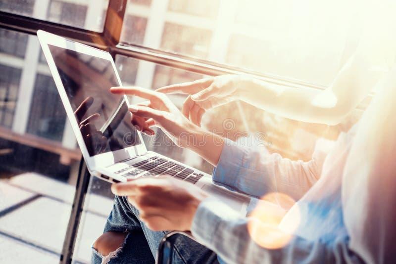 做出巨大商业决策的妇女工友 年轻营销队讨论公司工作概念办公室膝上型计算机 免版税库存图片
