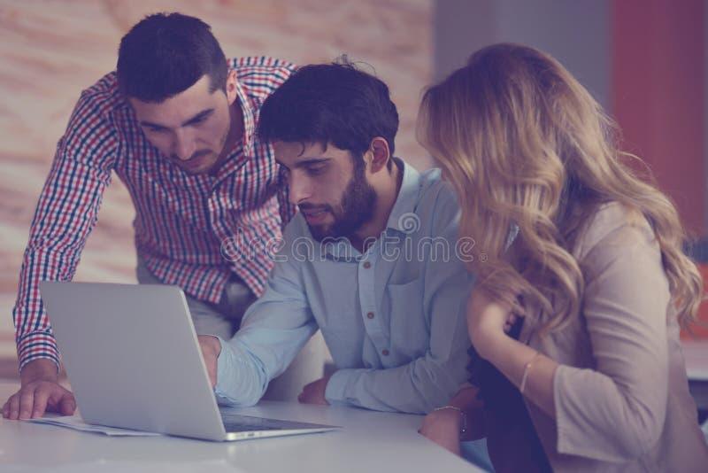 做出巨大商业决策的小组年轻工友 创造性的队讨论公司工作概念现代办公室 库存图片