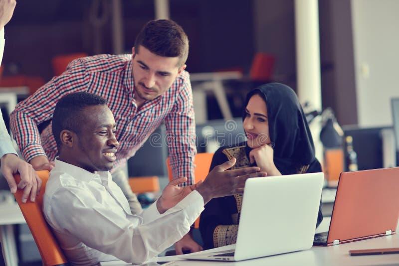 做出巨大商业决策的小组年轻工友 创造性的队讨论公司工作概念现代办公室 库存照片