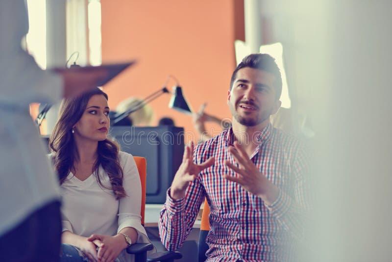做出巨大商业决策的小组年轻工友 创造性的队讨论公司工作概念现代办公室 免版税库存照片