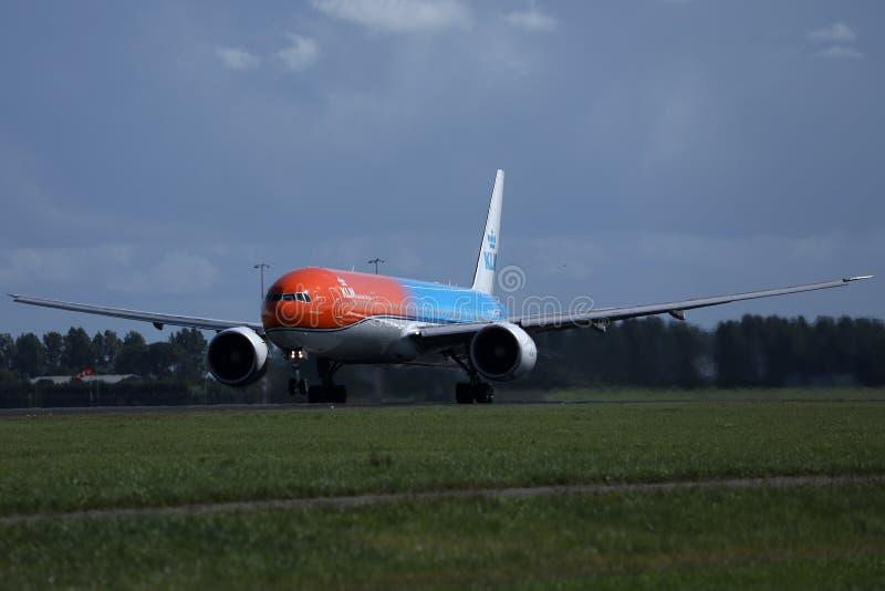 做出租汽车的KLM橙色号衣喷气机在史基普机场,AMS 回到视图 库存图片