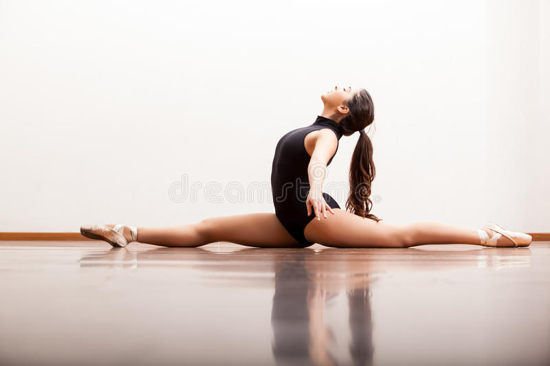 做分裂的性感的跳芭蕾舞者 库存照片