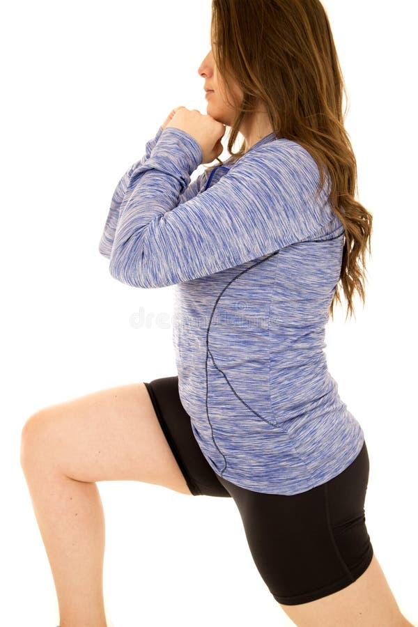 做刺的年轻女性模型佩带蓝色上面 免版税库存照片