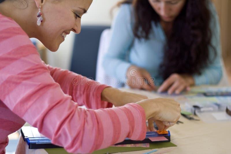 做剪贴薄年轻人的女孩 免版税库存图片