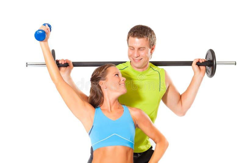 做力量健身房锻炼的健康夫妇 免版税库存照片