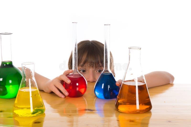 做化学科学实验的学校女孩 免版税图库摄影