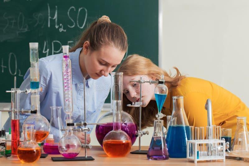 做化工实验的两个女孩 库存照片