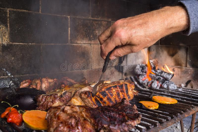 做午餐的人烤肉 传统阿根廷人bbq 免版税库存照片