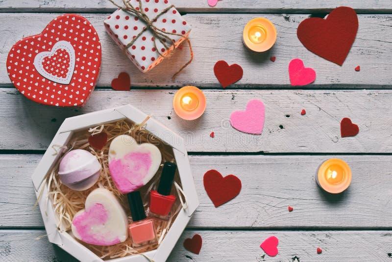 做华伦泰秀丽礼物 各种各样的浴辅助部件 温泉的项目在桃红色颜色 重点 免版税库存照片