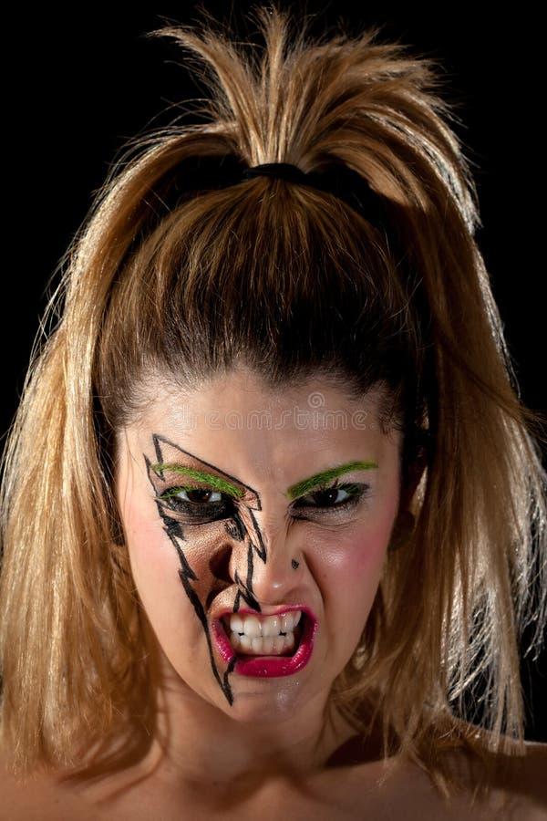 做可怕皱眉的女孩佩带的闪电构成 库存照片