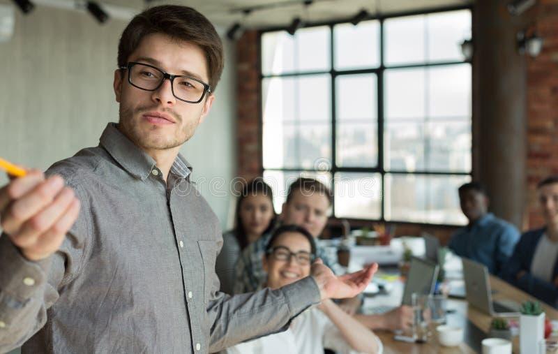 做同事的商人介绍在办公室 图库摄影