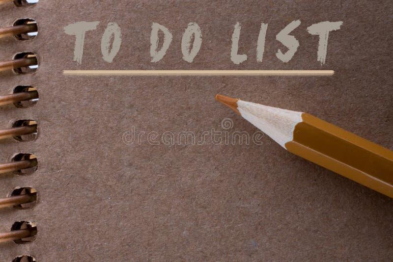 做名单作为在便条纸的一张备忘录名单 免版税库存图片