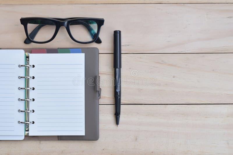 做名单概念、空的笔记本有笔的和镜片 库存图片