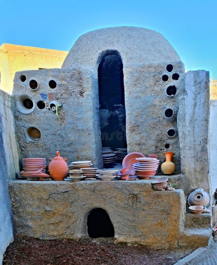 做和射击的各种各样的陶瓷和陶器盘古色古香的瓦器窑由黏土制成在菲斯在摩洛哥 免版税库存图片