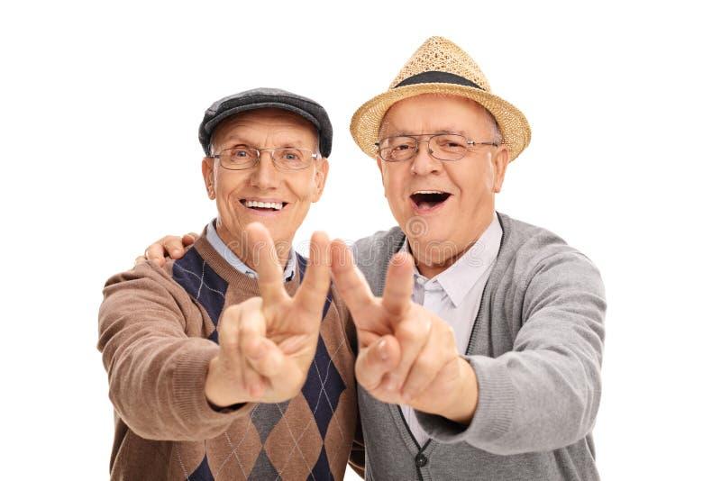 做和平标志的两资深先生们 库存图片