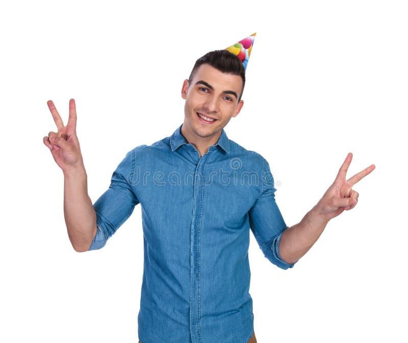 做和平标志的生日偶然人 库存照片
