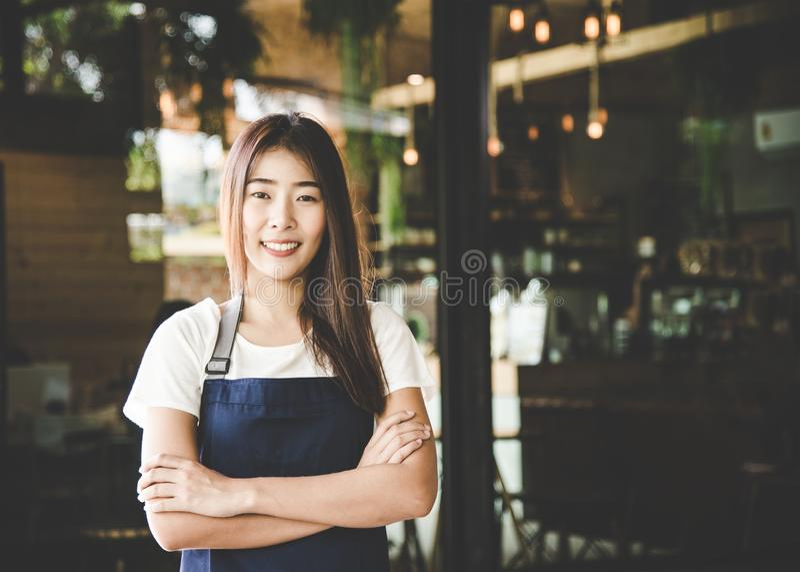 做咖啡准备的Barista亚洲妇女咖啡馆 免版税图库摄影
