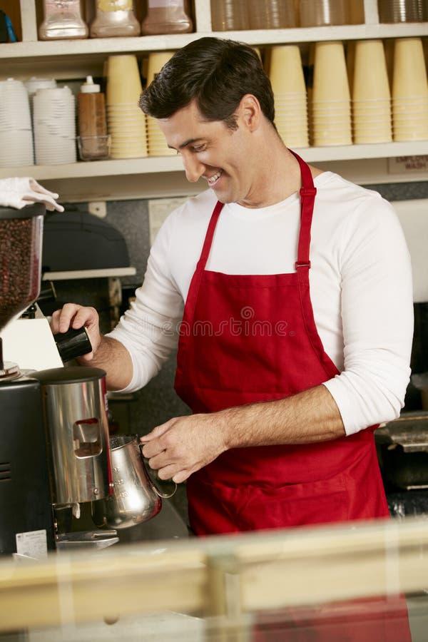 做咖啡的人在商店 图库摄影