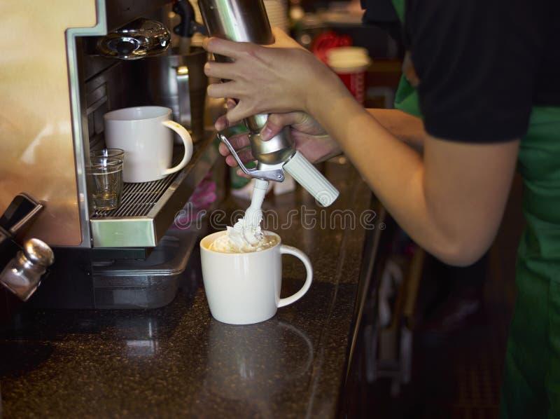 做咖啡的咖啡店职员 免版税库存照片