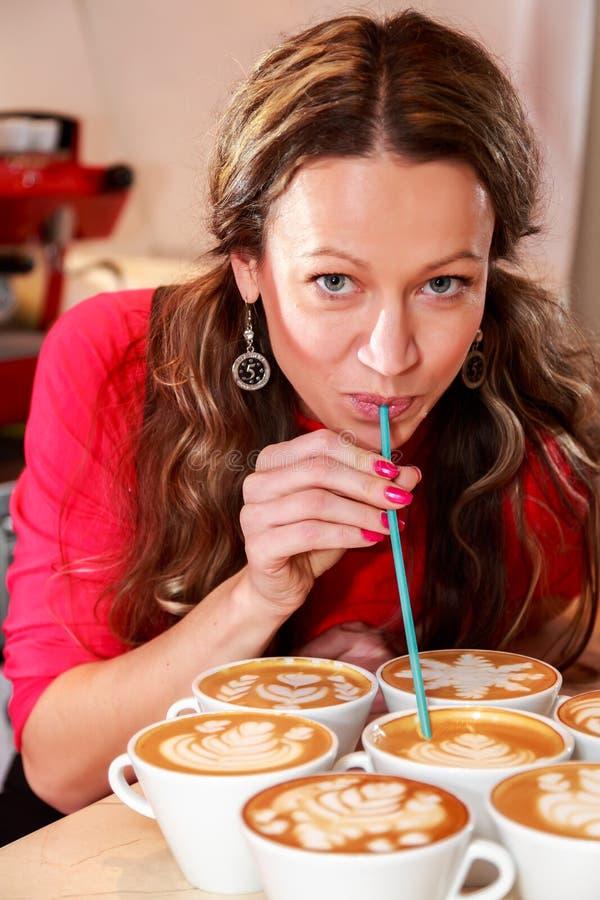 做咖啡的美丽的女孩 图库摄影