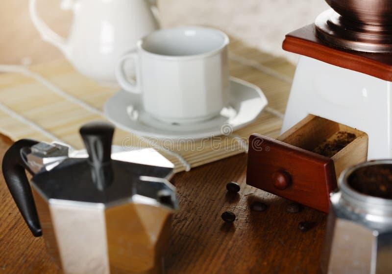 做咖啡 磨咖啡器和杯 库存图片